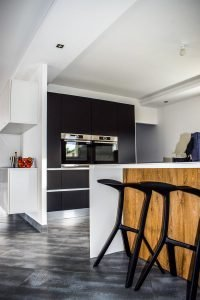 Black and white contrasts in a kitchen are great Low-budget kitchen renovation ideas